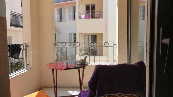 Suite Affaire Cannes Vieux Port: Балкон с видом на двор-колодец