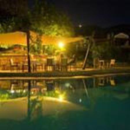 Zephyros Hotel: Poolside at night