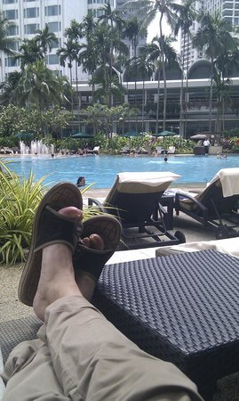 Shangri-La Hotel, Singapore: Working hard near the pool ;-)