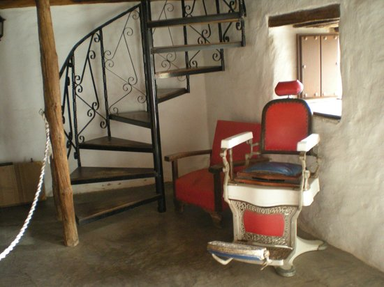 Restaurante Grill Las Canadas : an old barber's chair in the museum