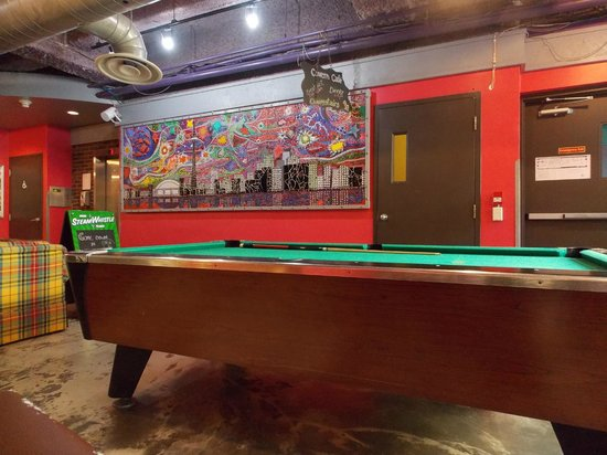 Hostelling International Toronto : One of the Lounge areas, pool table