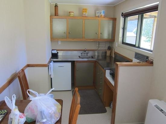 Knobs Flat : Well-equiped kitchen. Couldn't find the scissors though