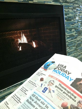 Holiday Inn Express Cleveland Northwest: Reading by the fireplace