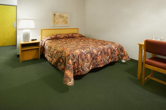 Americas Best Value Inn: Room with One Queen Bed