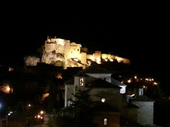 Alodia: Vista de la Colegiata de Santa María de Alquézar desde la habitación (DE NOCHE)