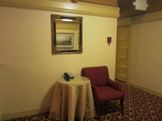 King George Hotel: 엘리베이터 앞 로비