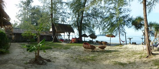 Castaways Beach Bar & Bungalows: garden view