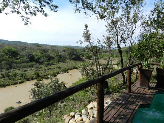 Amakhosi Safari Lodge: Terrasse der Villa mit Blick auf den Mkuzi, wo die Antilopen zum Trinken kommen