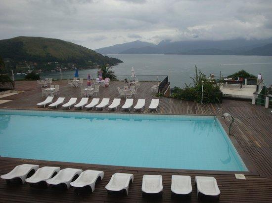 Portogalo Suite Hotel : vista da piscina com a baia ao fundo