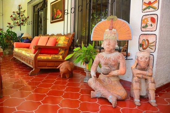 Los Artistas B & B: Colorful and beautiful front porch of Los Artistas in Ajijic Mexico