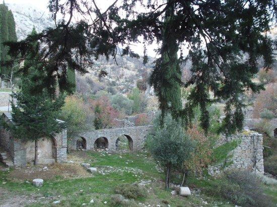 Nea Moni Monastery: Έξω από τη Μονή