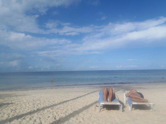 Catalonia Bavaro Beach, Casino & Golf Resort : la plage devant le resort (entretenue par le personnel)