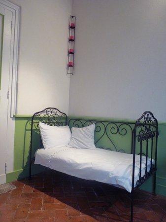 La Charretterie : petit lit d'appoint chambre Belle de Fontenay