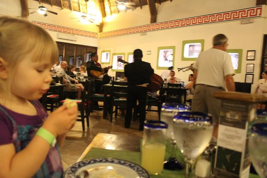 Sandos Caracol Eco Resort: Mexican buffet complete with mariachi band