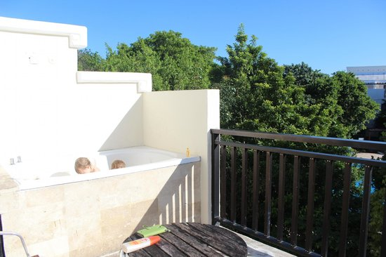Sandos Caracol Eco Resort: Only tub was on the porch. Sunscreen for bathtime?? (We loved this)