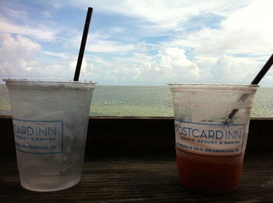 Postcard Inn Beach Resort & Marina at Holiday Isle: Drinks in the early afternoon at the raw bar