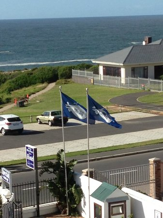 Misty Waves Boutique Hotel Hermanus : view from my room to ocean / ocean walk