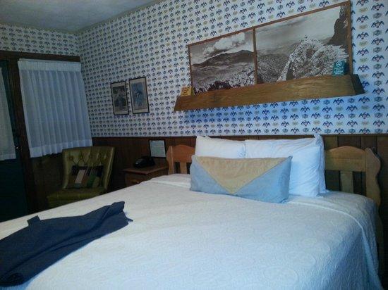 Gatlinburg Inn: Very comfortable bed w/ charming old timey feel (decor)