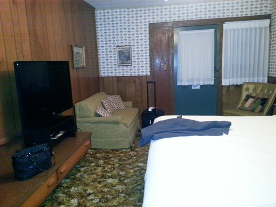 Gatlinburg Inn: HD TV & Comfy Love Seat in the sitting area; again old timey decor was charming to us