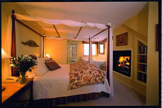 Colby Hill Inn: Carriage House Suite 1 with gas fireplace, whirlpool and private deck to the in ground pool