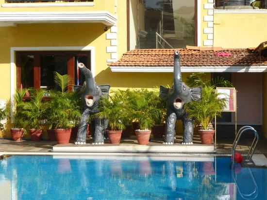 De Alturas Resort: фигурки слонов около бассейна