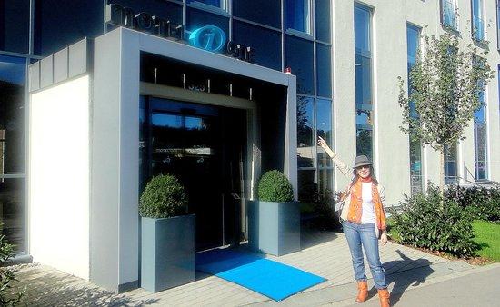 Motel One Stuttgart: Saindo do hotel para visitar o museu da Mercedes Benz