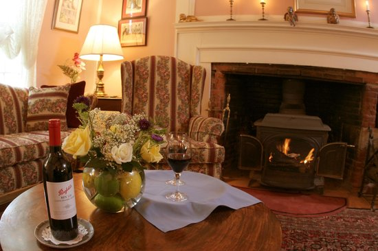 Colby Hill Inn: The formal parlor with a woodburning fireplace