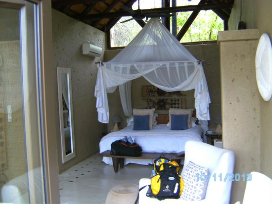 Pondoro Game Lodge: View of the room from the porch