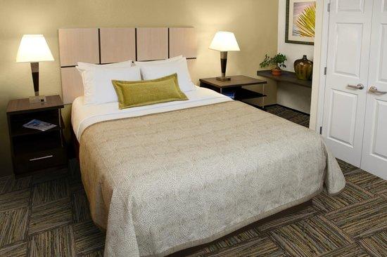 Candlewood Suites Chicago Waukegan: One Bedroom Suite - Bedroom