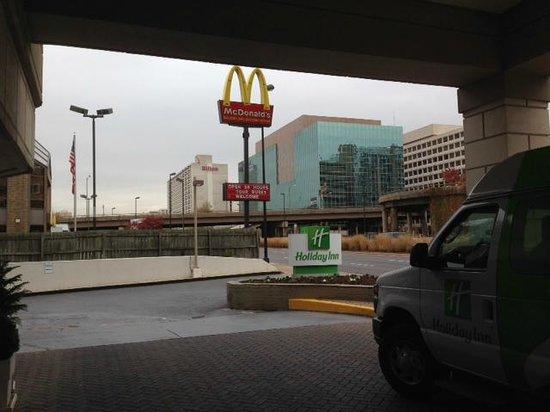 Holiday Inn National Airport / Crystal City: Al lado del hotel hay un MC DONALDS!