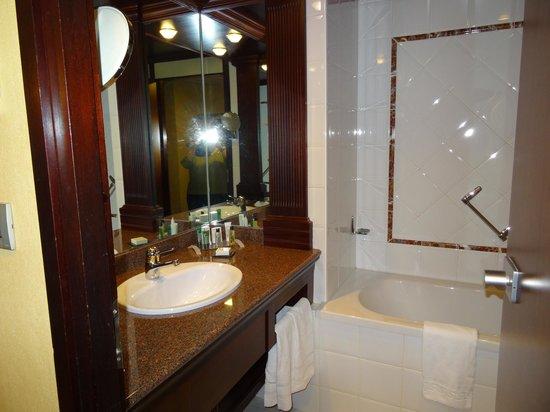 Hilton Strasbourg : lavabo et baignoire