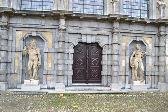 Rubens House (Rubenshuis) : Statues at Rubenshuis