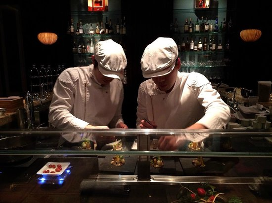 Tapas Molecular Bar: Preparing the food