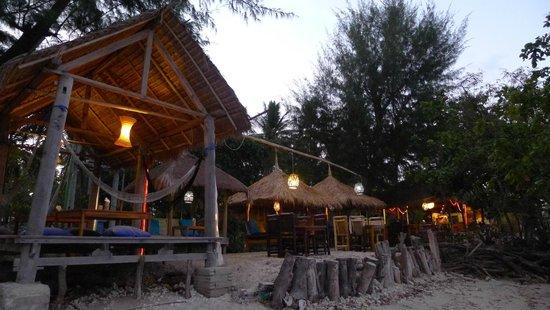 Gili Air Santay: Restaurant by the beach