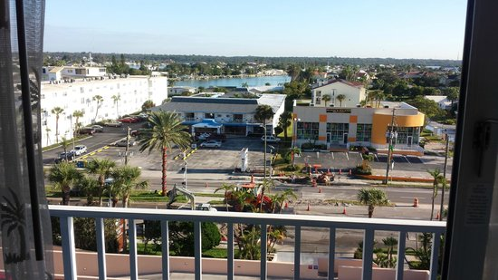 Doubletree Beach Resort by Hilton Tampa Bay / North Redington Beach: Construction right outside our balcony!!!