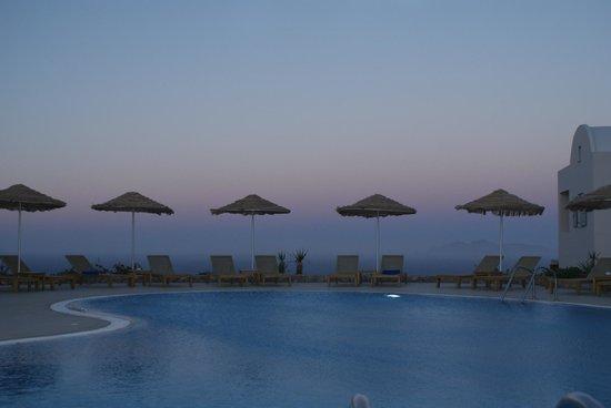 Astro Palace Hotel and Suites: en la pileta hay una barra muy bien servida y atendida.