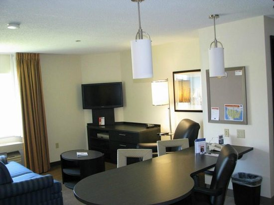 Candlewood Suites Chicago Waukegan: One Bedroom Suite - Living Dining Area