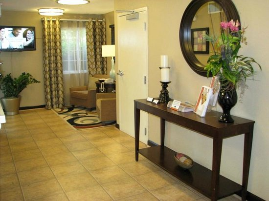 Candlewood Suites Chicago Waukegan: Lobby
