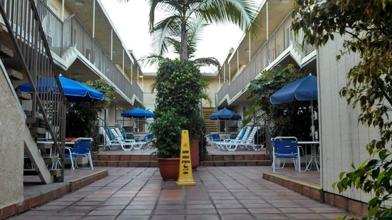Travelodge Santa Monica: Courtyard of our building