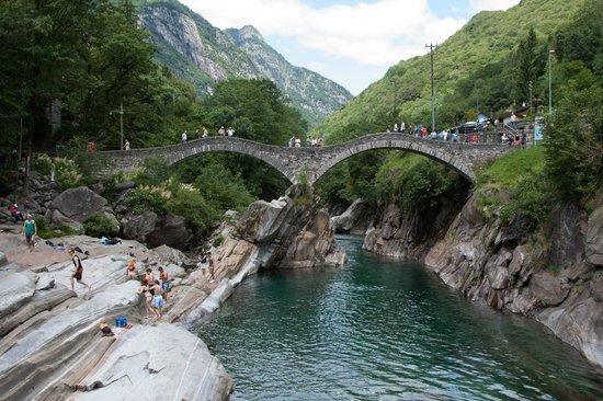 Valle Verzasca : довольно много туристов
