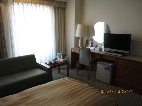 Hotel Gimmond Kyoto: Our twin en-suite room. Loved the work desk!