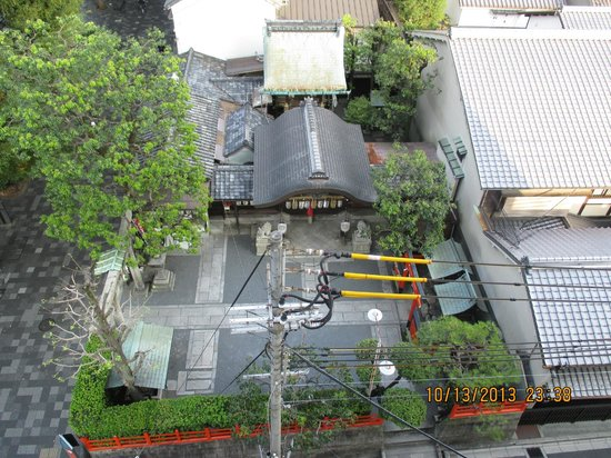 Hotel Gimmond Kyoto: A view of a local shrine next door (from our room)