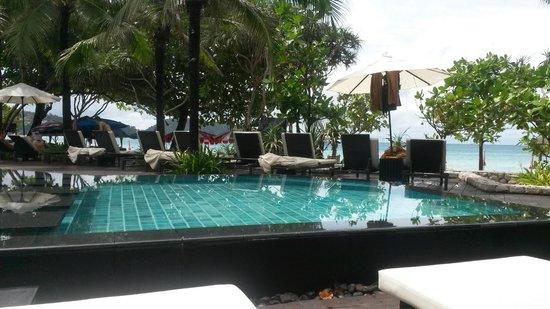 Impiana Resort Patong Phuket: Piscina e Spiaggia di fronte