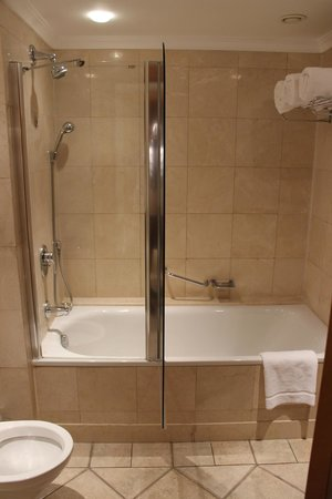 U Suites Eilat : Shower/tub area