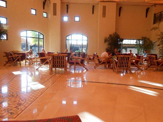 Dessole Nesco Joyous: холл отеля. вид от рецепшен