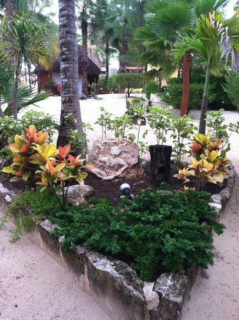 Mahekal Beach Resort: One of many beautiful garden displays