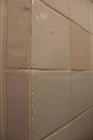 Hotel Graaf Bernstorff: billigste Fliesen mit Blasen, Einschlüssen, fehlender Glasur, Abdrücken der Transportgestelle
