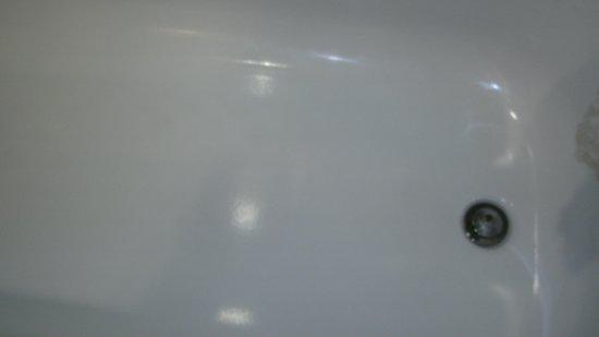 Holiday Inn Daytona Beach LPGA Blvd: Slippery glossy tub