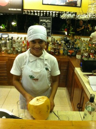 Cocos Boutique Hotel: Preparing the specialty drink at the poolside bar