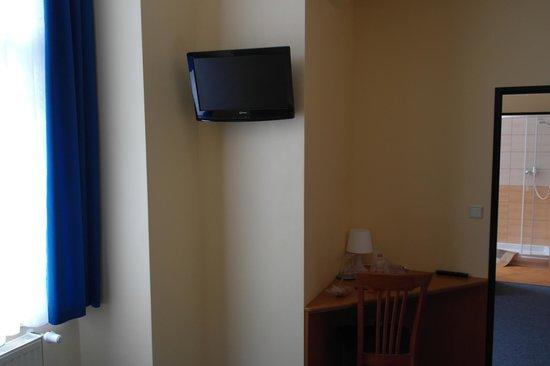 Adeba Hotel: Тв в номере